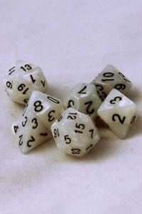 Marmorvita, 7st tärningar, svarta siffror