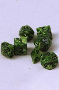 Mörkgröna melerade, 7st tärningar, svarta siffror