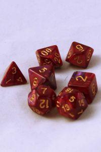 Mörkröd/Lila melerade, 7st tärningar,  guld siffror
